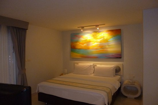Cloud19 Beach Retreat: Calming white interior.