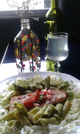 Zamora, Ecuador: We create wonderful and healthy salads!  Grilled Chicken with Penne Pesto salad over lettuce
