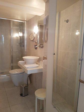 salle de bain chambre double classique - Picture of Hotel ...