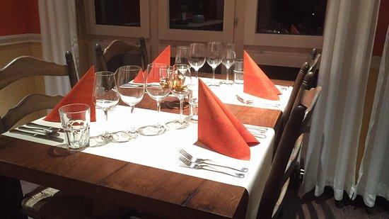 Uznach, Schweiz: Ein gemütlicher Tisch im Nopis