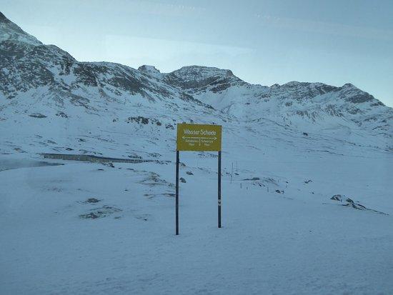 Bernina Pass: Frontière entre deux grandes régions indiquée par le panneau jaune