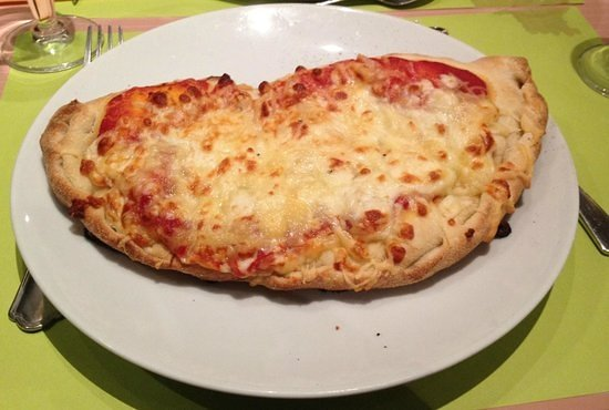Fontaine-lès-Dijon, France : Pizza Calzone