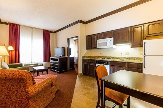 Hampton Inn & Suites Hoffman Estates: 2 Double Bed Suite w/ Kitchen