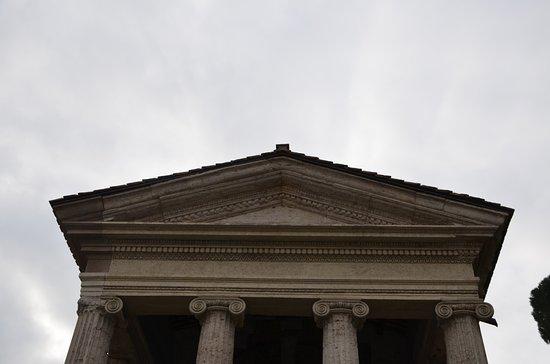 Tempio di Portuno: La trabeazione con gli austeri capitelli ionici