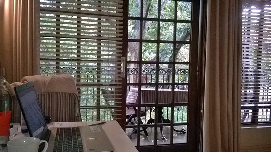 Amanzi Guest House: Desk and good quality chair, & view showing table and chairs on the balcony, just like in Paris!