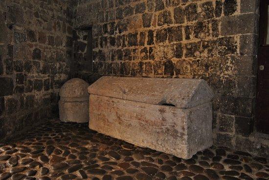 Montalto di Castro, إيطاليا: Un sarcofago all'interno del Castello