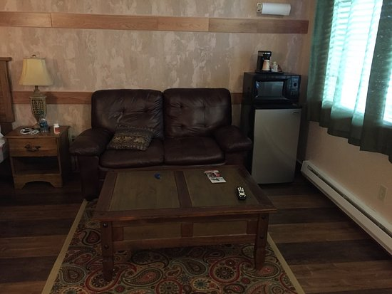Oasis Motel: Certainly older but very very clean and charming. Floors are laminate so they can mop well and t