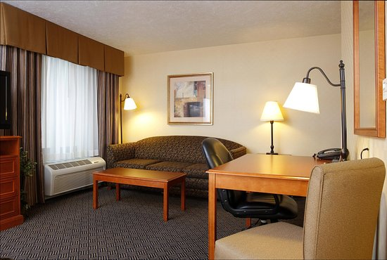 Waterloo, IA: Suite with Sofabed