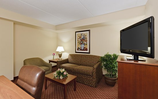 McHenry, IL: King 1 Bedroom Suite