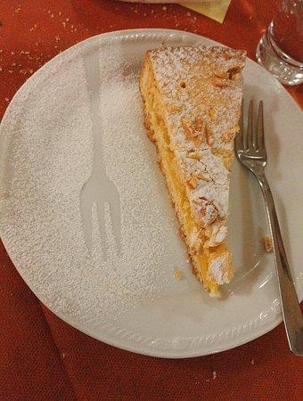 Castel Del Piano, Italia: torta con crema e pinoli