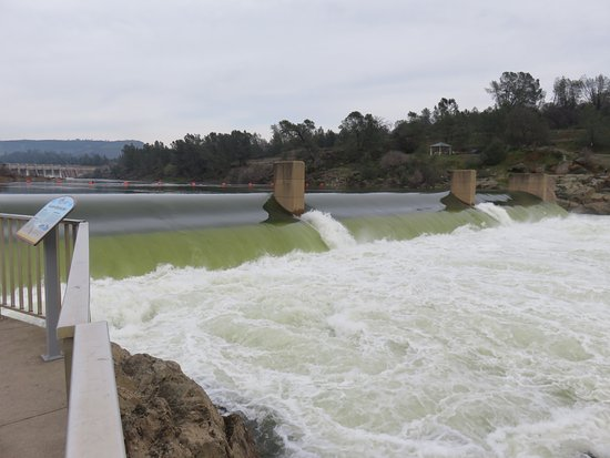 Oroville, Kaliforniya: small dam near fish ladder forces fish up the ladder to be killed or they can turn back on insti