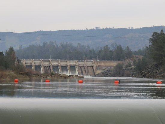Oroville, Kaliforniya: view of dam further upstream stops all fish