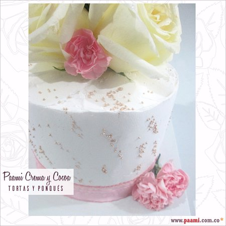 Torta Ponque En Crema Con Flores Naturales Y Placa Para El Nombre 2