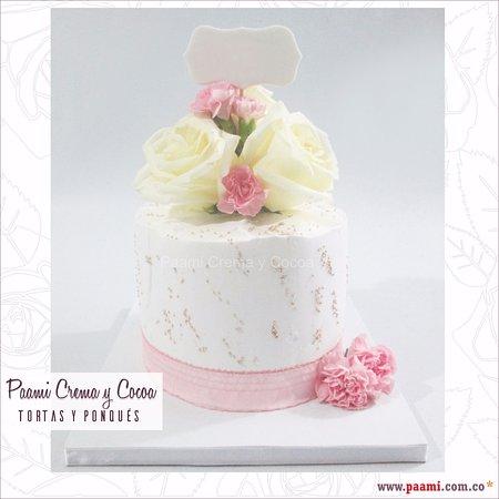 Torta Ponque En Crema Con Flores Naturales Y Placa Para El Nombre
