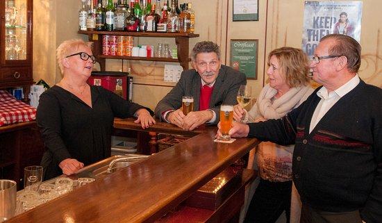 Margraten, Nederland: Aan de bar met gasten.