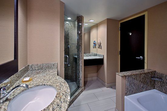 Glen Ellyn, IL: King Executive Parlor Suite Spa-inspired Bath