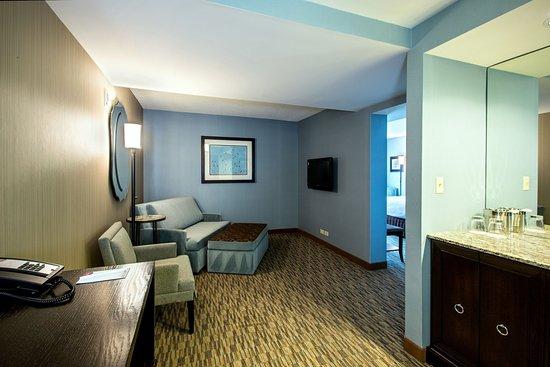 Glen Ellyn, IL: King Executive Parlor Suite