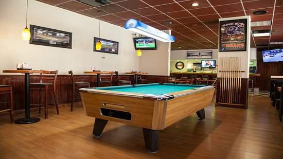 Holiday Inn Chicago Downtown: Relaxing game of pool at Sunny's Bar and Grill