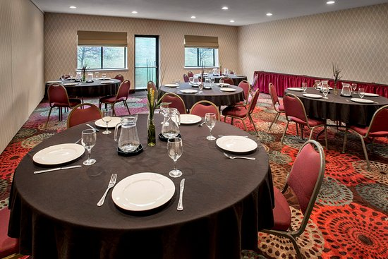 Rensselaer, NY: Use the Hudson Room or Empire Room banquet style.