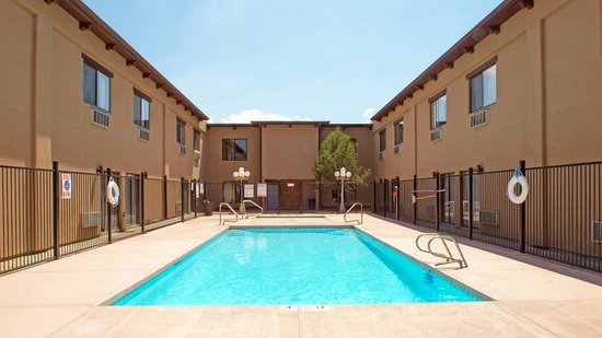 Sagebrush Inn & Suites: Refreshing Pool