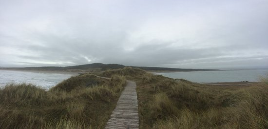 Llanfairpwllgwyngyll, UK: Pathway on the island, looking back to the beaches