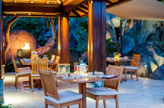 Surfsong Villa Resort : Fine dining and beautiful ambiance at The Courtyard at Surfsong BVI
