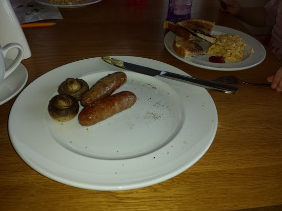 Dents Farm Shop Cafe: toast, gluten free sausages and mushrooms