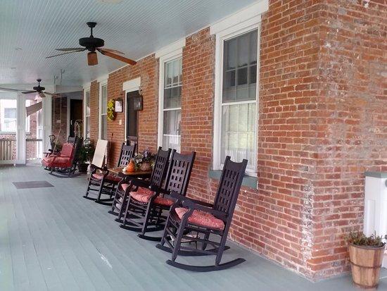 Azalea Manor Bed and Breakfast: Upper Porch