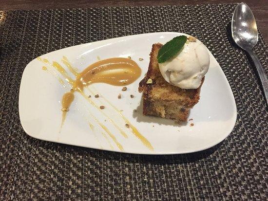 Roquefort les Pins, França: Gâteau aux figues, caramel et boule de glace.