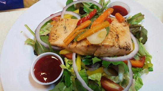 Beach Bohio Bar & Grill: House Salad Salmon