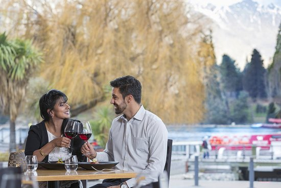 Crowne Plaza Queenstown: Couple dining at threesixty
