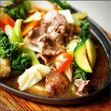 La Thai: Beef sizzler : Stir-fried which based on beef sauce serving on a hot sizzling plate