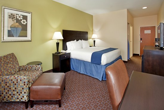 Pryor, OK: King Bed Guest Room