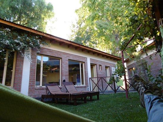 La Tosca Hostel: En una acama, esperando me pasen a buscar para un tour, despues de desayunar. Flores y Pajaros