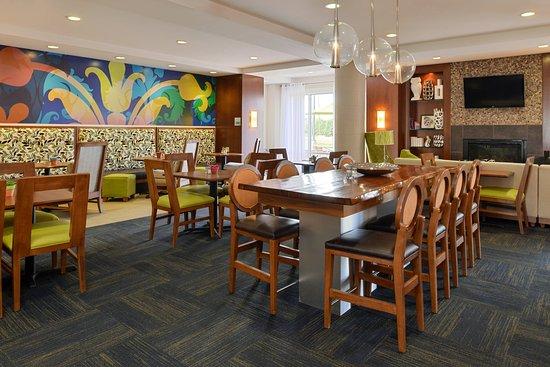 Holiday Inn Express & Suites Terre Haute: Breakfast Area
