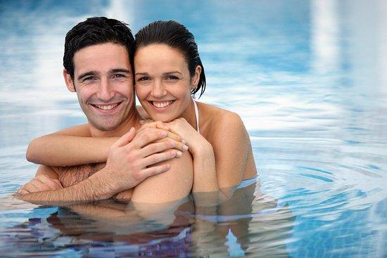 Hilton Garden Inn Santiago Airport: Couple in Swimming Pool