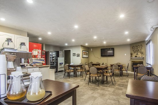 Econo Lodge Inn & Suites: Breakfast area