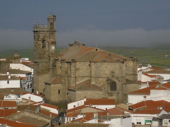 Brozas, España: Imagen exterior del templo de Santa María