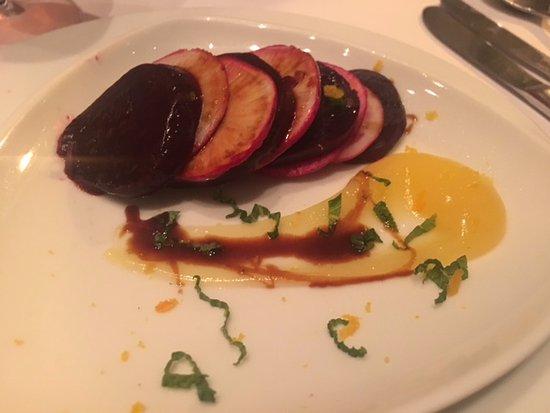 Athiri : παντζάρι-ραπανάκι κ σάλτσα πιπερόριζας