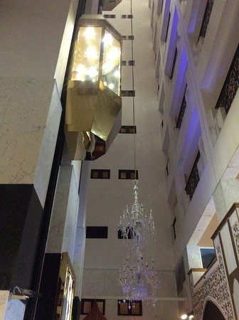 Arabian Courtyard Hotel & Spa: Lift and huge lovely chandelier
