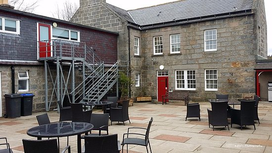 Monymusk, UK: A nice courtyard alongside the rooms