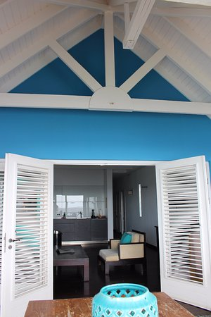 Scuba Lodge & Suites: Apartment with private balcony and ocean views.