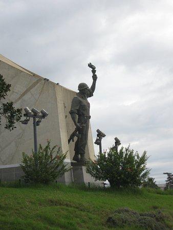 Alger, Argelia: Солдат у подножия трёхлистника