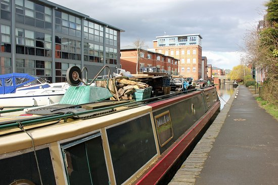 Вустер, UK: The towpath into Worcester...........
