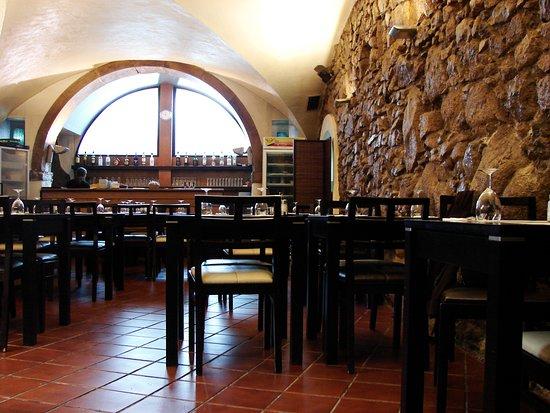 Xentra Restaurant and Bar: Sala com capacidade para 40 pessoas, Ar condicionado e 2 televisoes