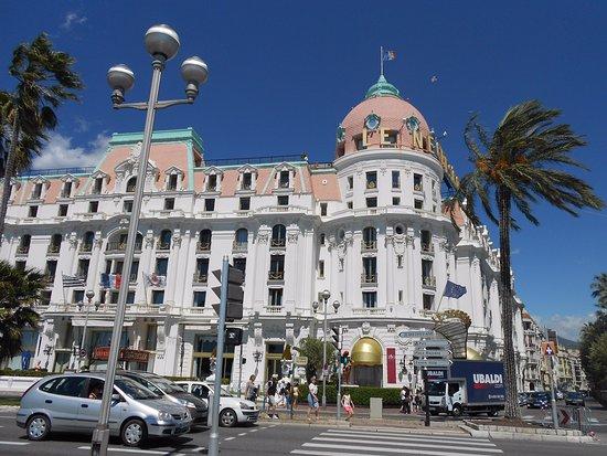 La Salle De Bain Avec Douche Et Baignoire Picture Of Hotel