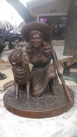 โบเออเน, เท็กซัส: Bronze sculpture of Annie Oakley located at Texas Treasures Art Gallery in Boerne TX.