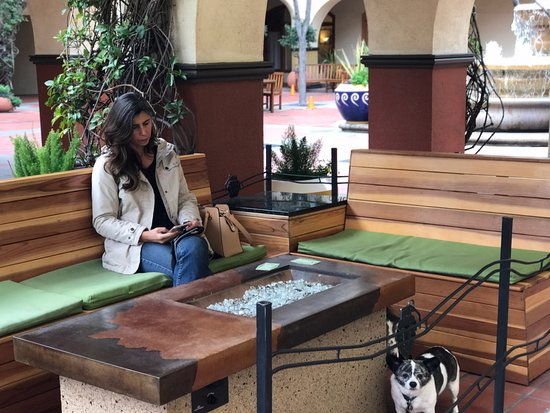 Concord, CA: Gas fireplaces and comfy seating
