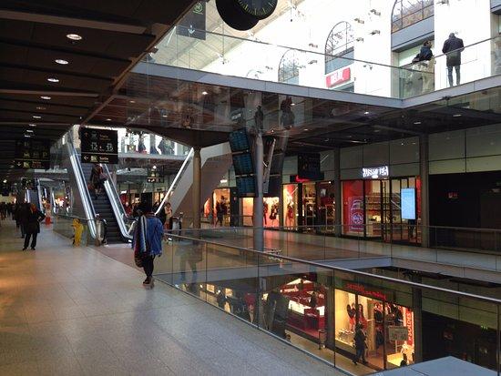 De Belles Boutiques Photo De Gare Saint Lazare Paris Tripadvisor