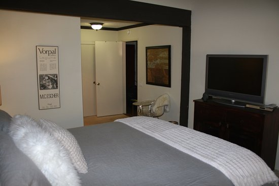 Mammoth Ski and Racquet Club: Master bedroom (Cal King) with ensuite bath in J-90